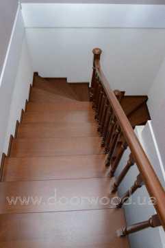 деревянная лестница, лестница ясень, лестница из массива ясеня и дуба, дубовая лестница, изготовление лестниц, балясина, перило, точеные балясины, заказать лестницу