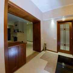 раздвижная дверь в кухню, фальшкороб фасадами с наличнками в проеме в гостиной комнате