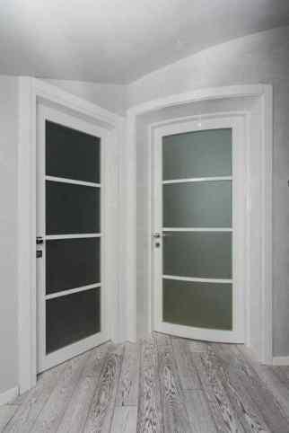 Две рядом стоящие двери радиусная и обычная.