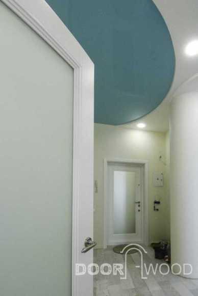 Стекло в дверях Сатин, на входной двери накладка из ясеня с матовым зеркалом.