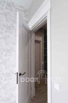Вид открытой двери в интерьере