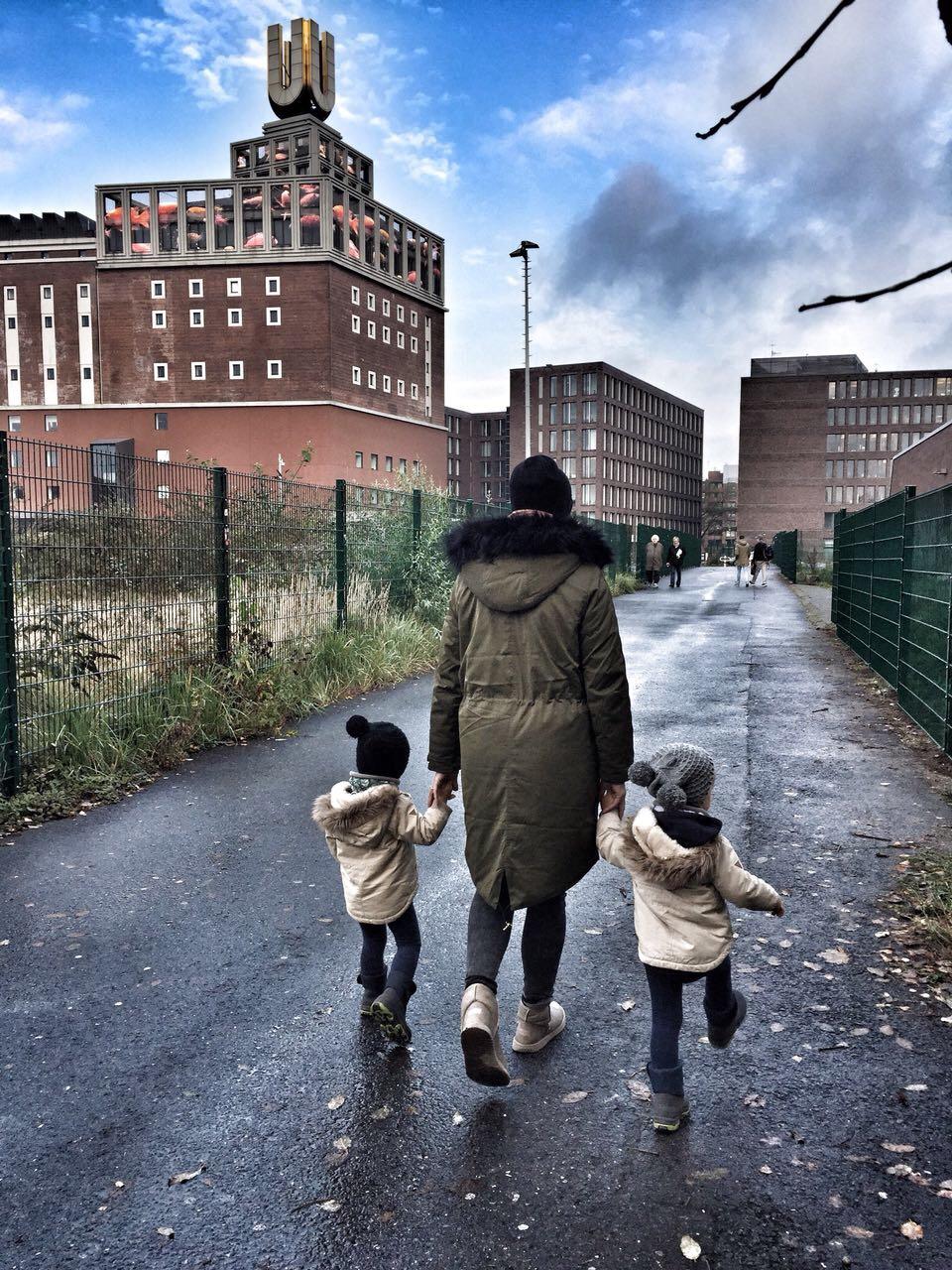 Mama mit Kleinkindern Spaziergang zweijährige Zwillinge