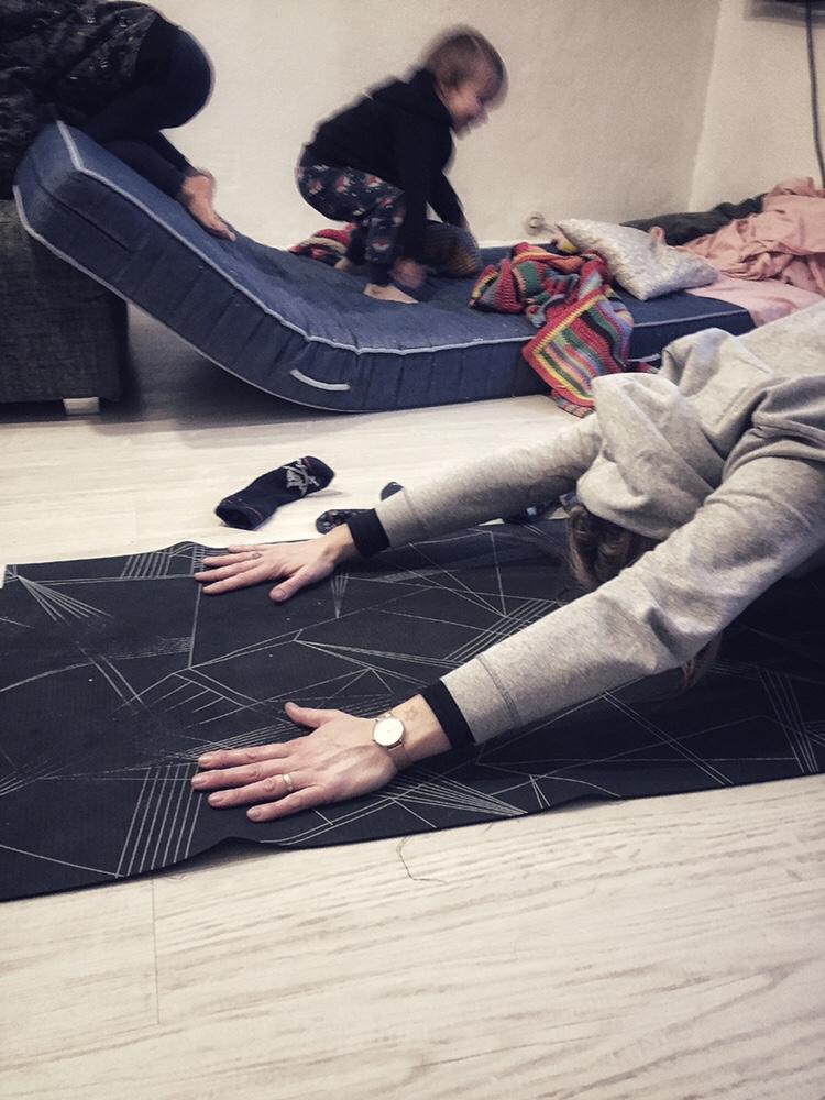 Yogamatte Turnen Kleinkinder Toben zuhause Chaos in der Wohnung