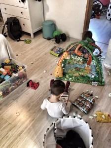 Kinder spielen alleine Chaos in der Wohnung