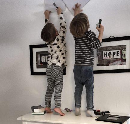 Zwillinge klettern auf Kommode