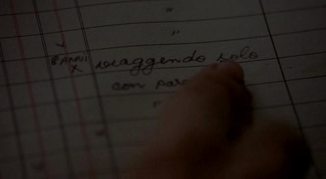 """scritta sul registro di bordo che legge """"viaggendo solo"""", dal film Nave fantasma"""