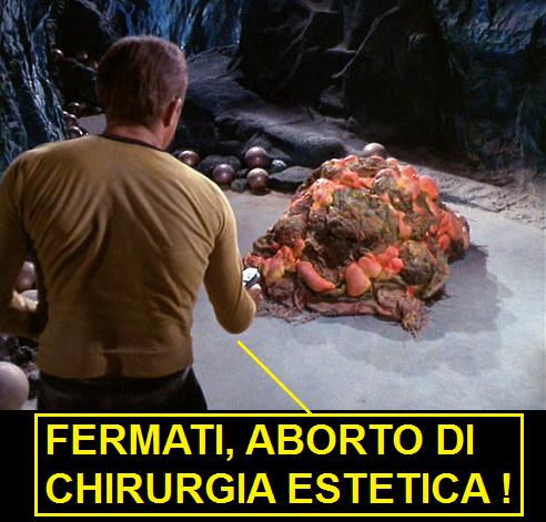 Capitano Kirk di Star Trek che punta il phaser su un mostro di silicio, chiamato silicone nel doppiaggio italiano, dicendo: fermati, aborto di chirurgia estetica!