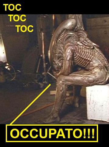 Alien seduto, vignetta riporta toc toc toc, l'alieno risponde occupato!
