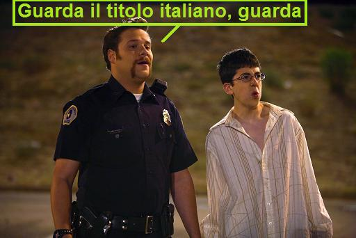 Scena dal film Superbad, un poliziotto dice: guarda il titolo italiano, guarda