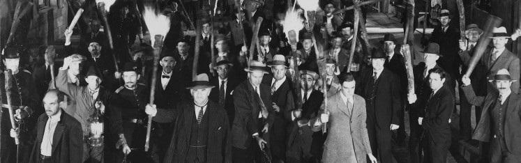 folla infuriata dal film Frankenstein del 1931