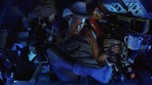 Scena di The Abyss, il personaggio One Night seduta nella cabina di pilotaggio del sommergibile