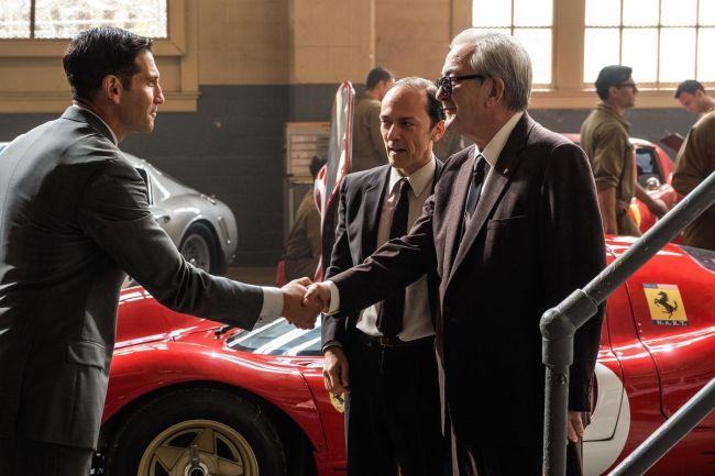 Lee Iacocca della Ford stringe la mani a Enzo Ferrari nel film Le Mans '66 - La grande sfida