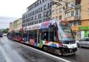 OBRAZEM: V Praze narazil automobil při nehodě s tramvají do domu