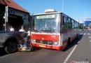 Z ARCHIVU: Kuriózní nehoda autobusu s kárkou v Praze Strašnicích