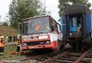 OBRAZEM: Správa železnic předvedla simulovanou srážku autobusu s vlakem