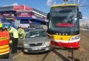 Pražští hasiči zasahovali odpoledne na Letné u nehody tramvaje a automobilu