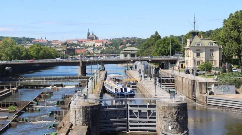 Kvůli vydatnému dešti uzavřela Praha vrata na Čertovce a zastaví plavbu v části Vltavy u Holešovic