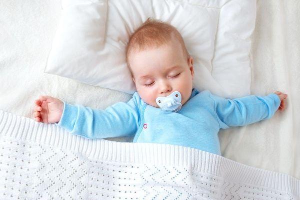 醫生PTT怒斥嬰兒枕不肖廠商 寶寶怎麼睡?新生兒科主任給3意見 - 今周刊
