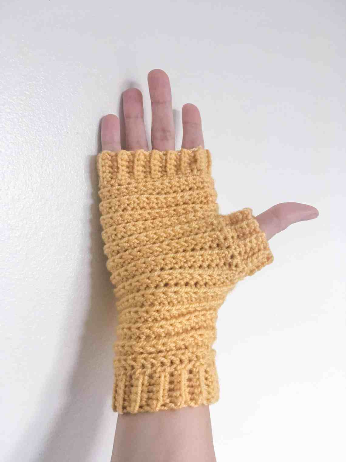 Pattern for unisex, women and mens crocheted fingerless gloves