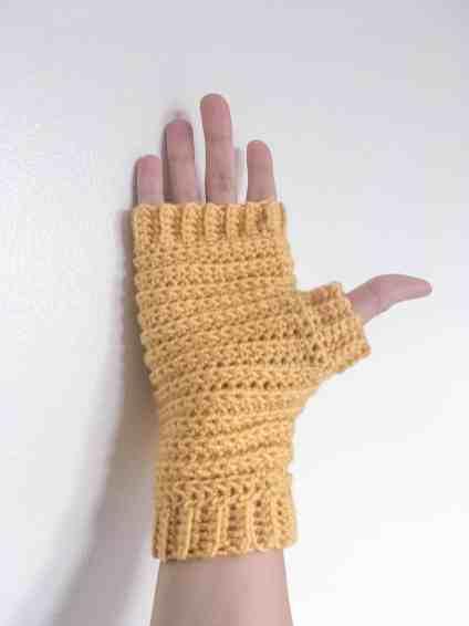 Pattern for unisex, women and mens crocheted fingerless gloves