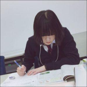 平手友梨奈の学校制服画像