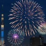 隅田川花火大会の花火とスカイツリー