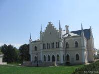 Palatul Ruginoasa, vedere dinspre biserica mosiei