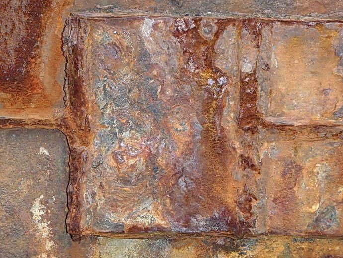 Detail von einer Eisenplanke am Hafen von Esbjerg.