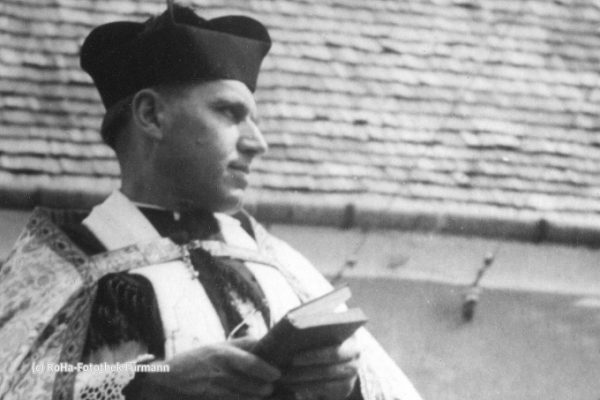 Kaplan Spitzl beim Leohardiritt zwischen 1945 und 1950 - viele dieser Motivwägen rief der damalige Kaplan Spitzl ins Leben. Er verfügte, dass alle Ortsteile der Pfarrei einen Motivwagen stellen mußten Kreuzgruppe - Fahrer Fritzenwenger Johann im Hintergrund das Fallwickl-Anwesen