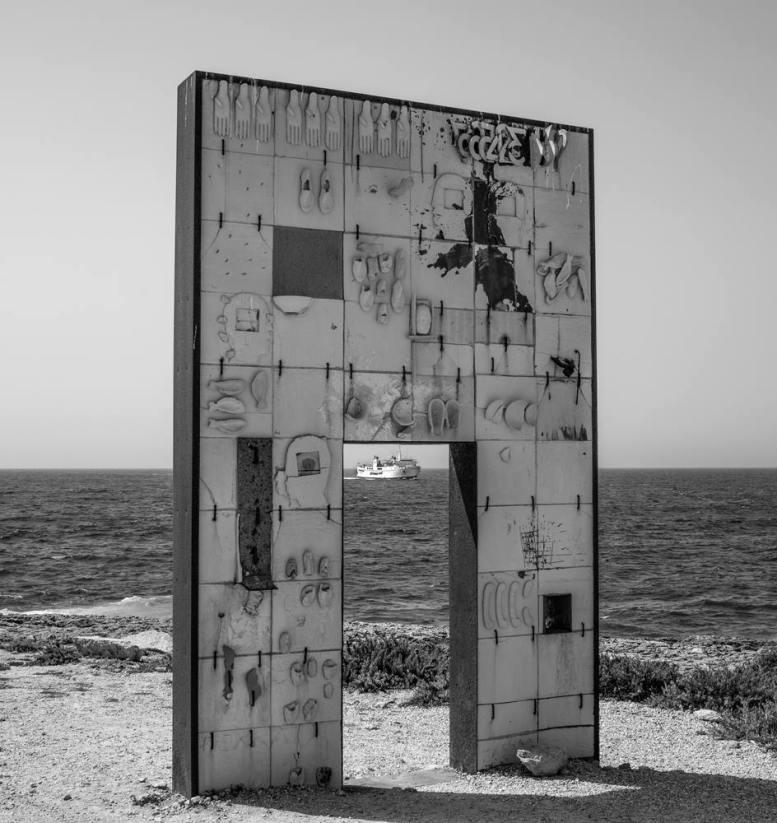 Das Mahnmal von Lampedusa. Die Fähre die anlegt holt die Flüchtlinge ab ....