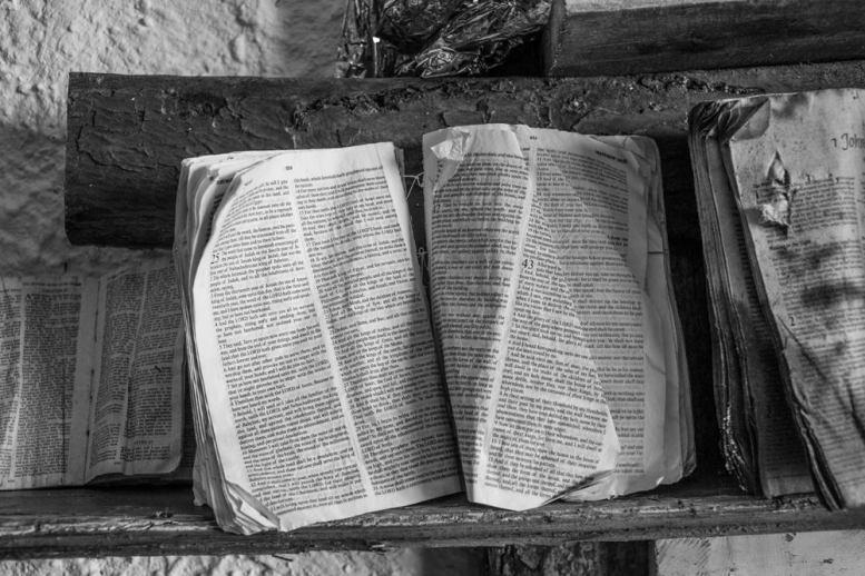 Ob Bibel, Koran und andere Schriften die Hoffnung geben. Herausgefischt und im Museum von von Giacomo Sferlazzo ausgestellt.