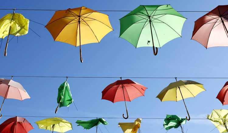 Regenschirme, bunt wie das Programm im Dorfradio   Von Karl Traintinger