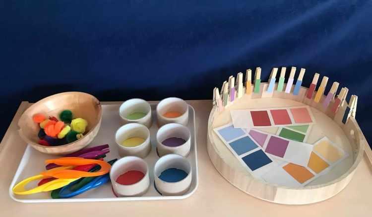 Der Schwerpunkt dieses Lernarrangements sind Farben. Kinder sollen etwa verschiedene Farbnuancen unterscheiden und zuordnen (rechts). Das Hantieren mit Wäscheklammern und Zangen (links) fördert unter anderem die Handmotorik. (Julia Dirnberger)