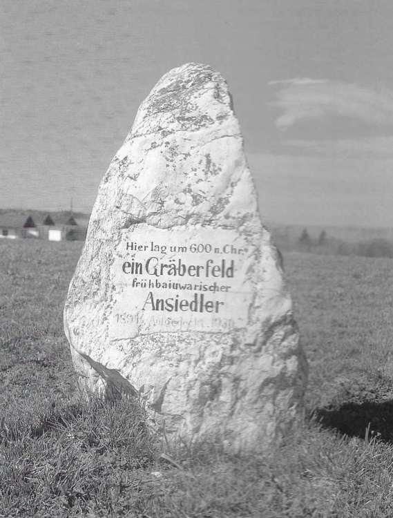 Ein Gedenkstein in Untereching erinnert an den Fund eines Bajuwaren-Friedhofes aus der Zeit um 600 n. Chr.
