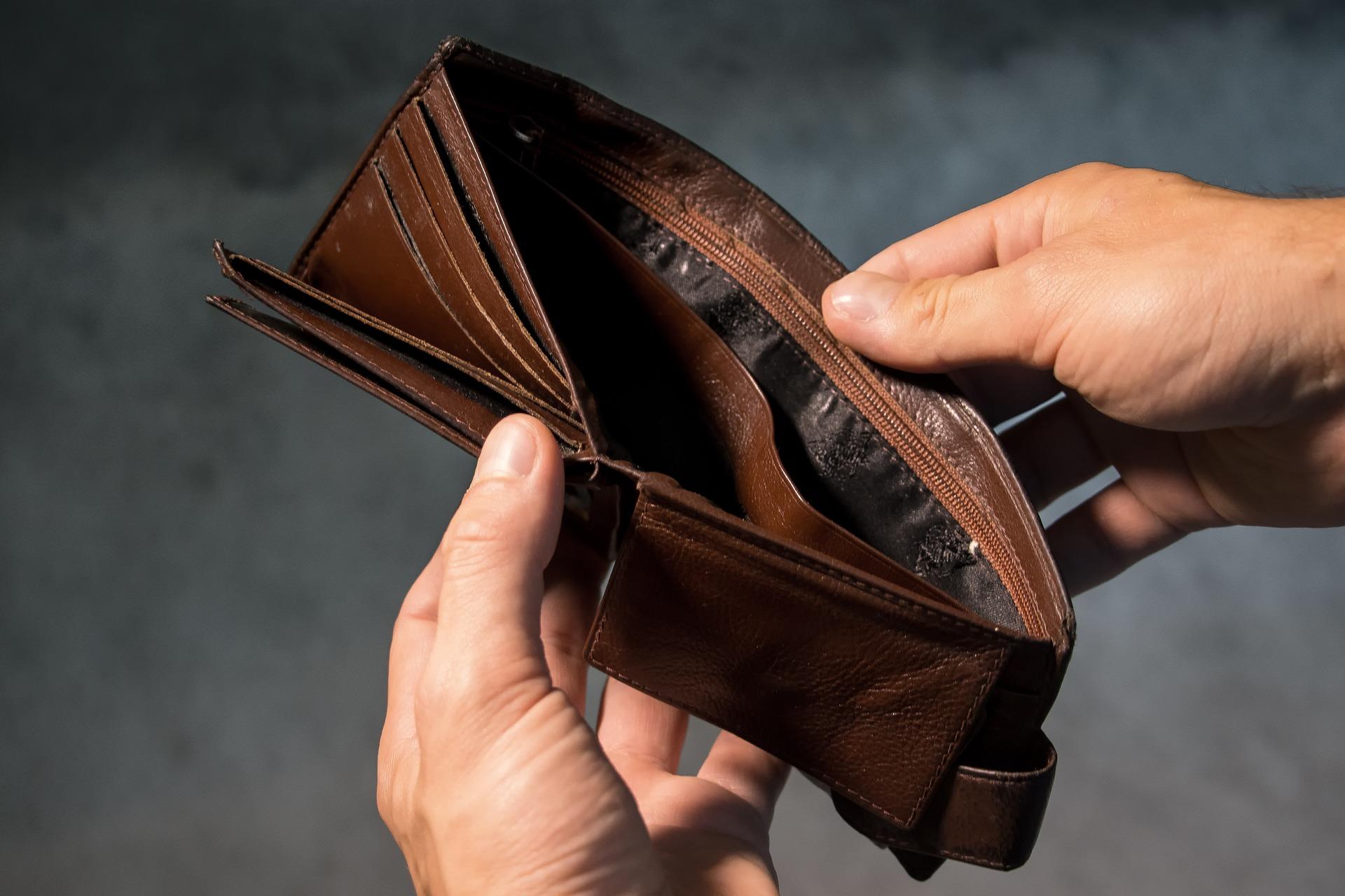 富まない労働者の財布の中の画像