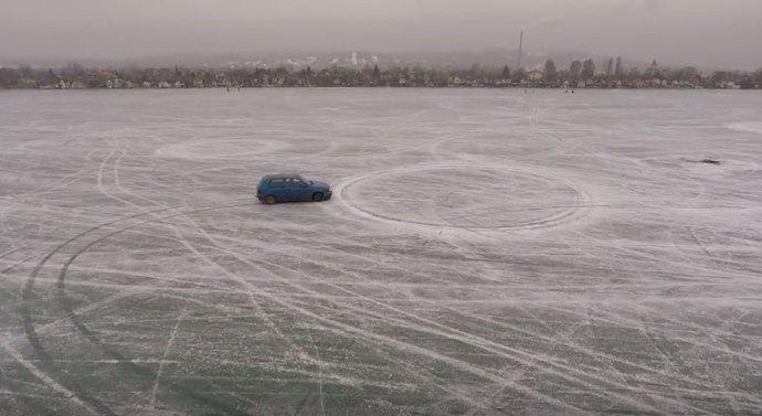 Autóval a Palatinus-tó jegén