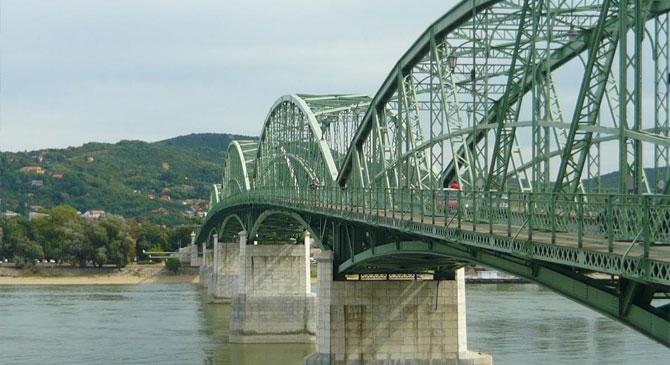 Le akart ugrani a Mária Valéria hídról