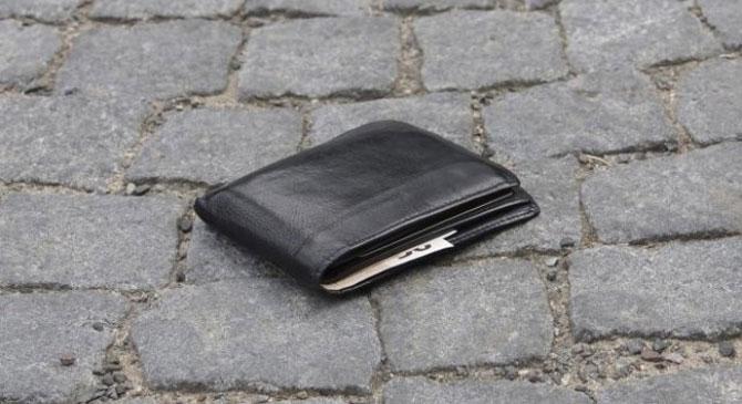 A pénzt eltette, a tárcát eldobta