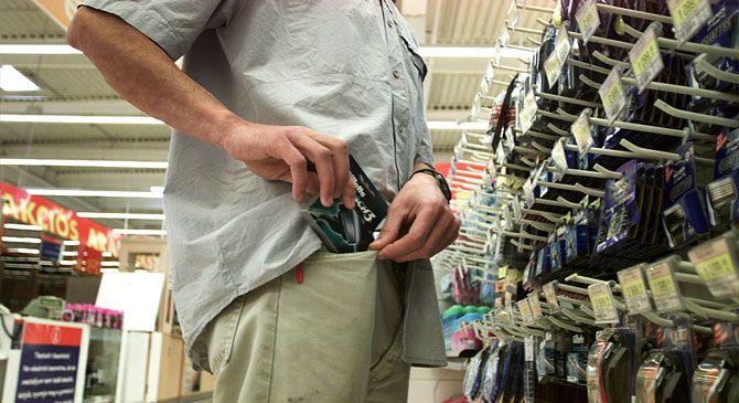 Hat alkalommal összesen ötvennyolc terméket lopott egy dorogi boltból