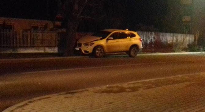 Fának csapódott egy autó Dorogon