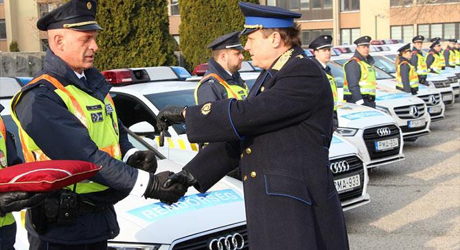 43 új szolgálati autót kaptak megyénk rendőrei