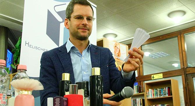 Zólyomi Zsolt parfümőr az esztergomi könyvtárban