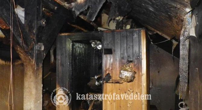 Családi ház tetőtere égett Esztergomban