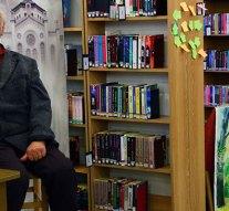Vincze László festőművész az esztergomi könyvtárban
