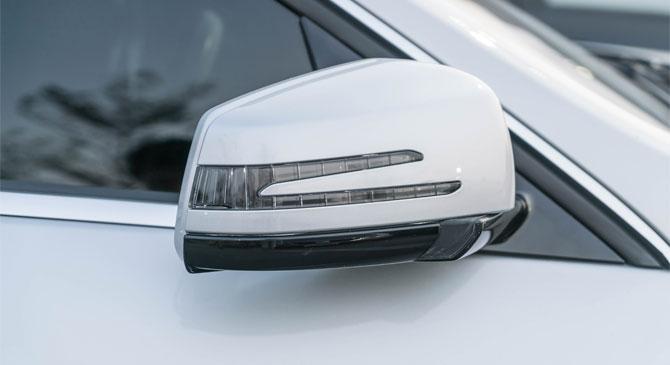 Mérgében egy gépjármű tükrét törte le