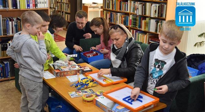 Társasjáték Klub a táti könyvtárban