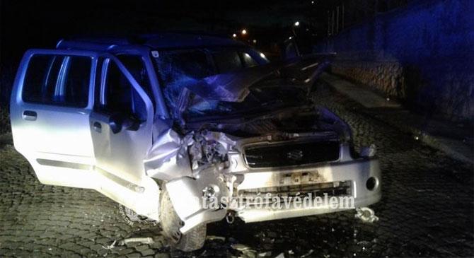 Kőfalnak ütközött egy autó Lábatlanon