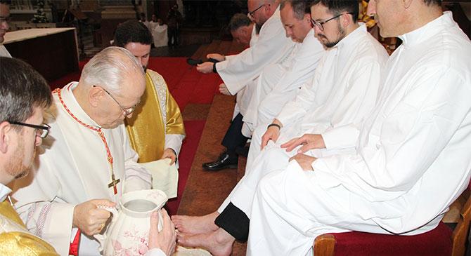 Tizenkét hívő lábát mosta meg Erdő Péter