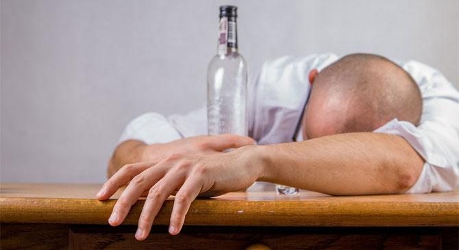 Ismeretlen részeg férfit találtak a házuk egyik szobájában
