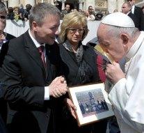 Bronzszobrot adott át Ferenc pápának Esztergom polgármestere